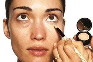 Как замаскировать синяки под глазами?